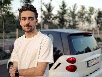 Jeune conducteur devant sa voiture Smart
