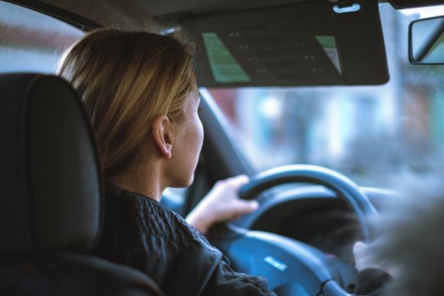 Jeune conductrice qui conduit seule pour la première fois
