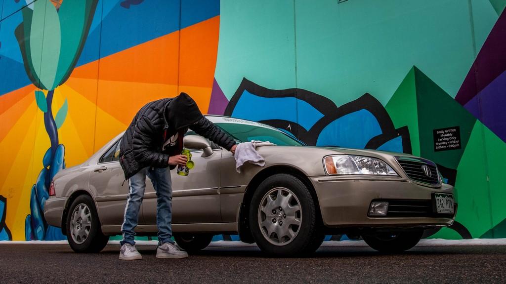 homme en train de laver sa voiture