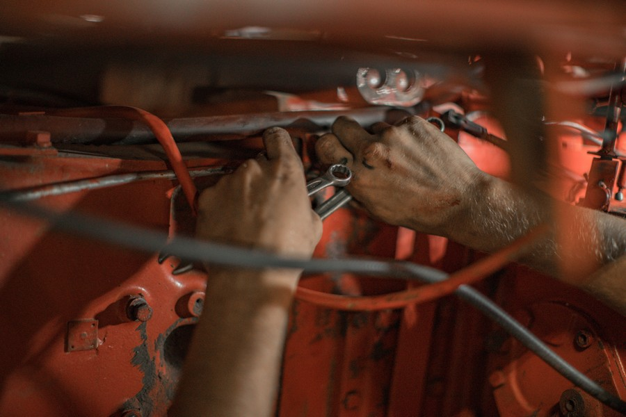 mécanicien dans une voiture