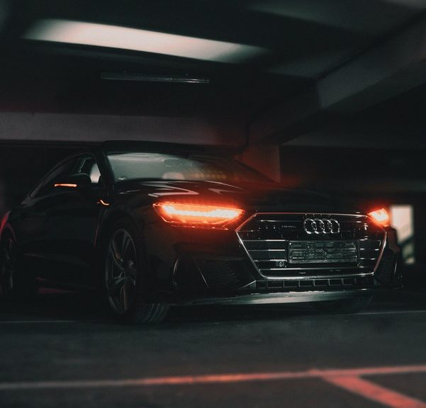 phares de voiture allumés