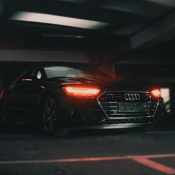 phares de voiture allumés dans un parking