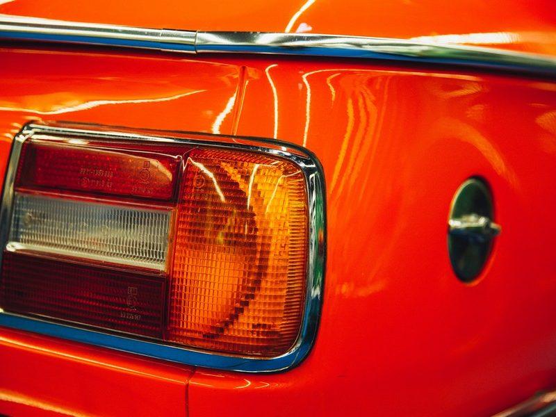 feux arrière d'une voiture rouge