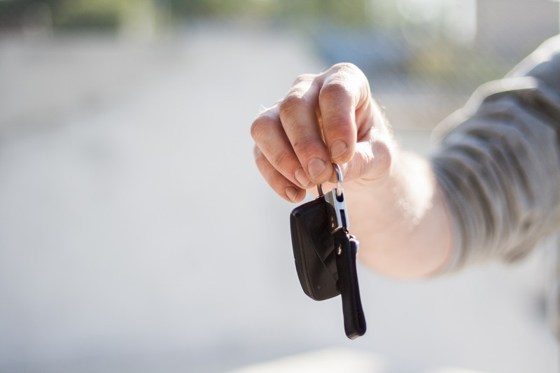 main qui tient des clés de voiture
