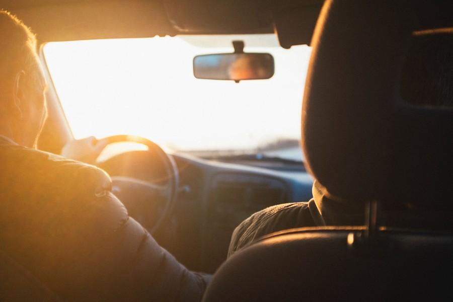 un conducteur et son passager dans une voiture